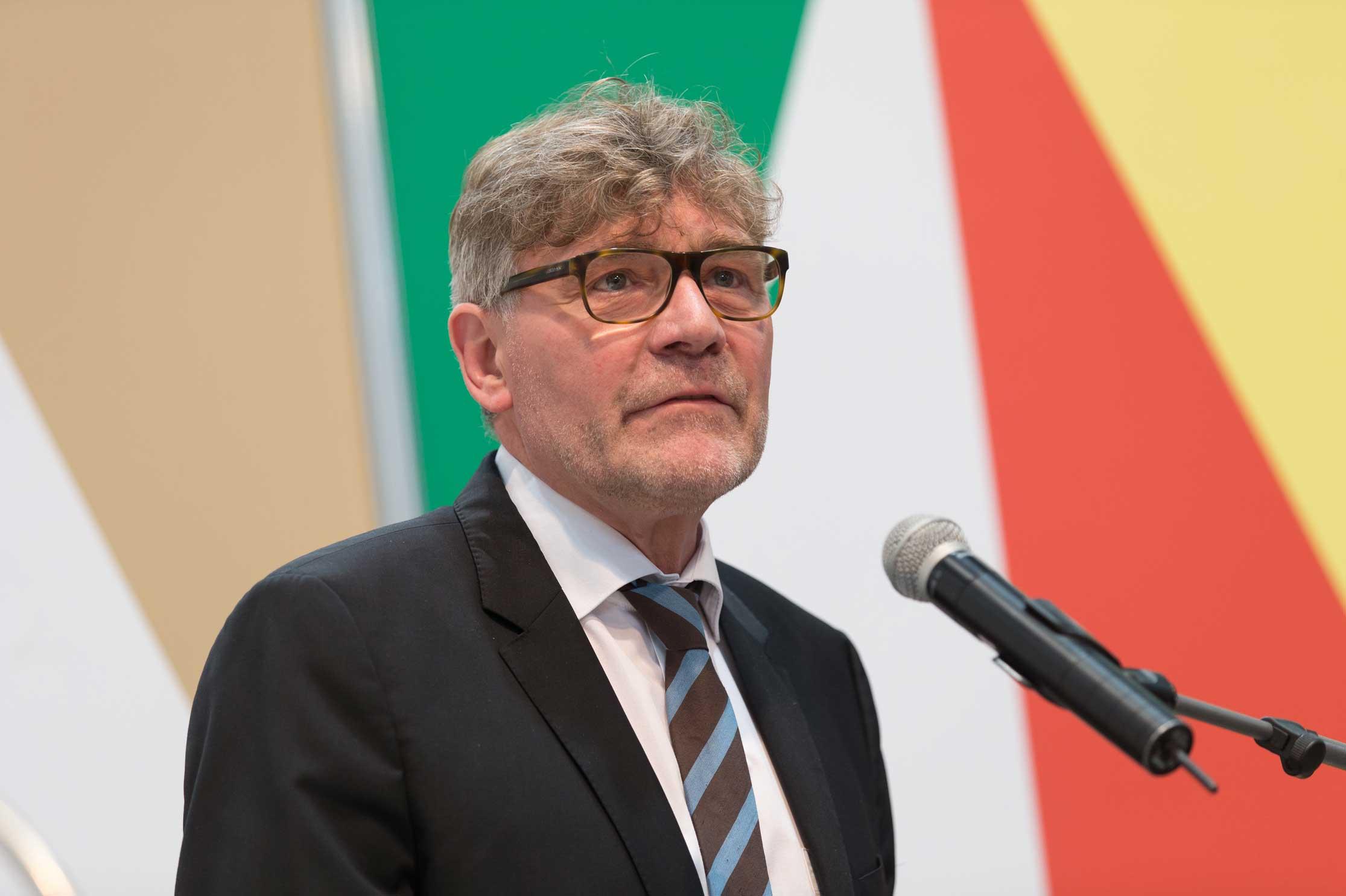 Siegmund Ehrmann grüßt die Gäste der Auszeichnung