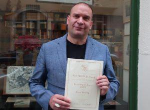 Chritoph Haacker mit Preisträger-Urkunde