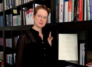Nora Pester mit Urkunde